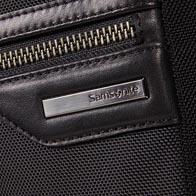 Ballistisk nylonkrop med bløde okselæder-detaljer og premium stålfarvet hardware.